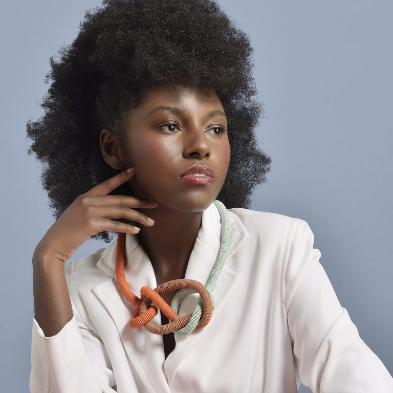 mulher negra com colar da tribu biojoia artesanal